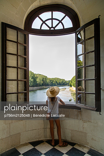 Girl, Looking out of window - p756m2125048 by Bénédicte Lassalle