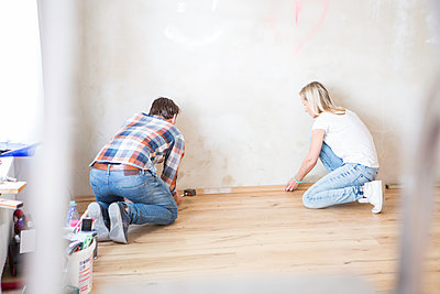 Young couple laying parquet in apartment - p1026m1187632 by Patrick Frost