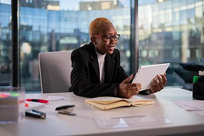 Black entrepreneur having video call - p1166m2279419 by Cavan Images