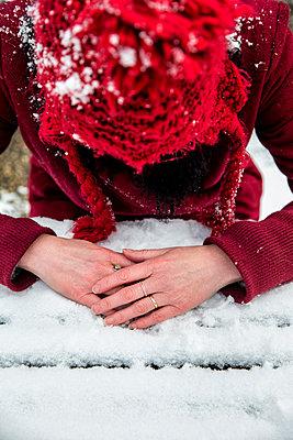 Hände mit Schnee am Schneetisch - p1212m1109002 von harry + lidy