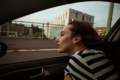 Young woman leaning out of car window - p300m1505660 by Team-Up