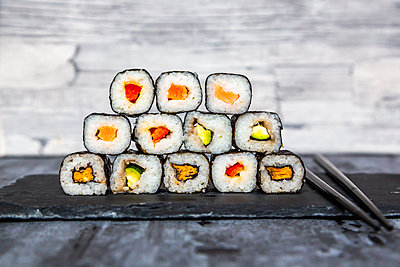 Stacked sushi on slate slab, chop sticks - p300m2081441 von Sandra Roesch