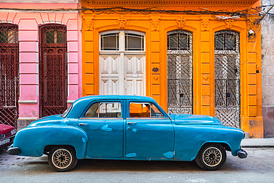Parked blue vintage car in front of residential house, Havana, Cuba - p300m2114293 by hsimages
