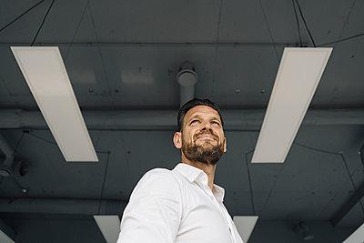 Low angle portrait of confident mature businessman - p300m2155443 by Kniel Synnatzschke