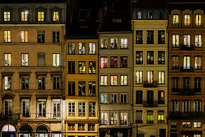 France, Lyon, Row of houses at night - p910m2182363 by Philippe Lesprit