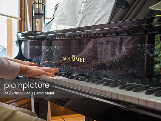 Hands on piano keys - p1267m2263410 by Jörg Meier
