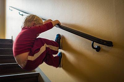 Kleiner Junge klettert an der Wand - p1418m1591314 von Jan Håkan Dahlström