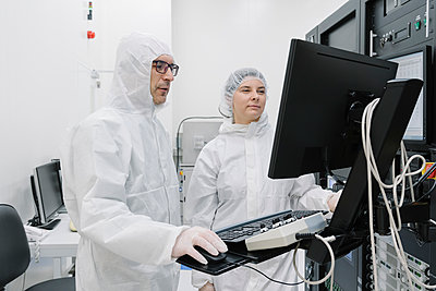 Two scientists using computer in laboratory of science center - p300m2159876 by Hernandez and Sorokina