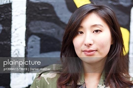 Porträt einer asiatischen Frau - p1399m1573919 von Daniel Hischer
