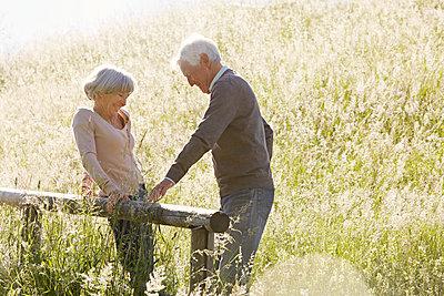 Seniorenpaar in der Wiese - p1146m1475124 von Stephanie Uhlenbrock