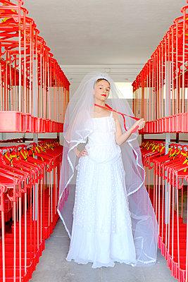 Braut in einem Umkleideraum - p1521m2081614 von Charlotte Zobel