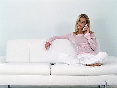 Frau telefoniert auf Sofa - p2685395 von icon art