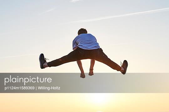Akrobat am Strand - p1124m1589369 von Willing-Holtz