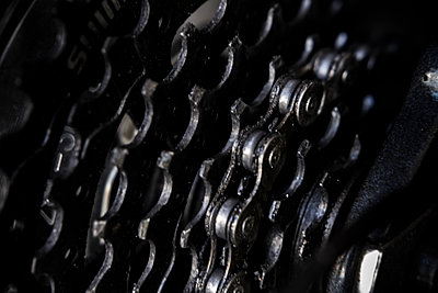 Close up of bicycle gears and chain - p1427m2169123 by Tetra Images