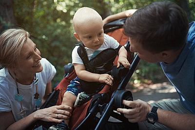 Eltern mit kleinem Sohn im Buggy - p1577m2150350 von zhenikeyev