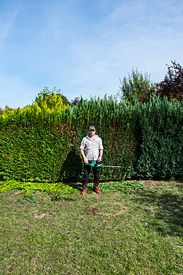 Cutting the hedges - p427m2027717 by Ralf Mohr