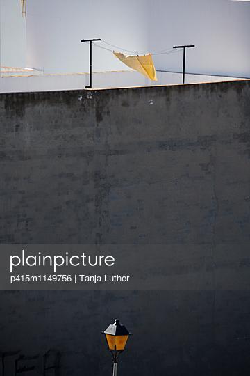 Laterne mit Wäscheleine - p415m1149756 von Tanja Luther