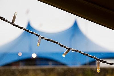 Zeltdach und Lichterkette - p1057m1045205 von Stephen Shepherd