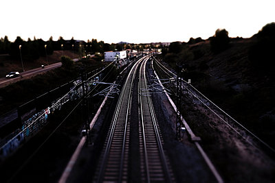 Tilt-shift image of railroad tracks - p1166m1182692 by Cavan Images