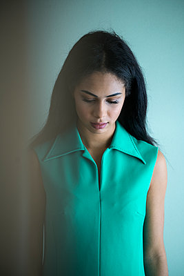 Dark-haired woman in turquoise dress - p427m1556721 by Ralf Mohr