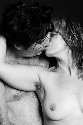 Man kissing a woman with hairy armpit - p590m1525083 by Philippe Dureuil