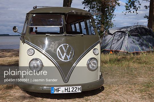 Mit dem VW-Bulli auf dem Campingplatz - p045m1589561 von Jasmin Sander