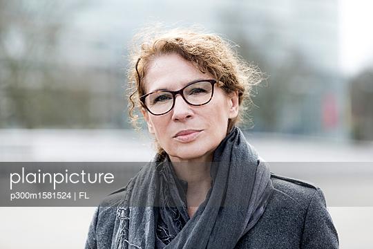 Portrait of mature woman - p300m1581524 von FL photography