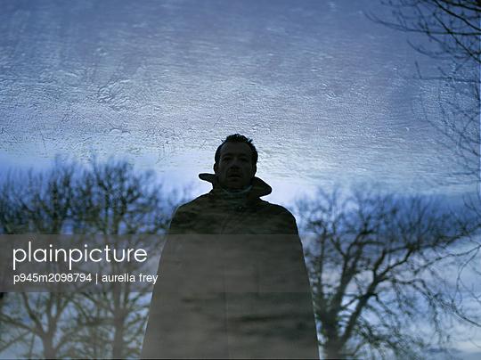 Man wearing coat - p945m2098794 by aurelia frey