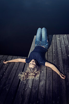 Frau liegt auf Steg - p1443m1503261 von SIMON SPITZNAGEL