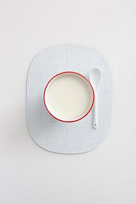 Nur ein Becher Milch - p454m1000987 von Lubitz + Dorner