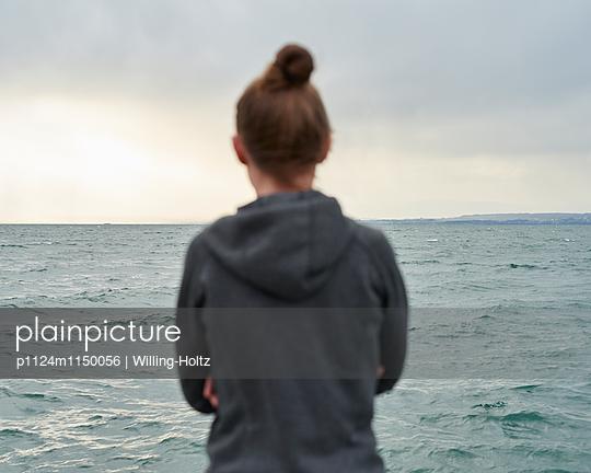 Frau blickt auf den Genfer See - p1124m1150056 von Willing-Holtz