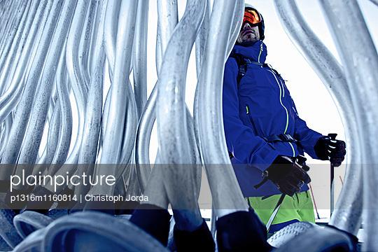 Freeskier an einem Skilift, Chandolin, Kanton Wallis, Schweiz - p1316m1160814 von Christoph Jorda
