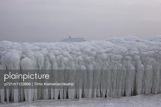 Stena Fähre vor Sassnitzer Hafen im Winter - p721m1123866 von Timo Kleinerüschkamp