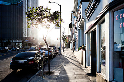 A quiet city street in Los Angeles, California - p1094m971503 by Patrick Strattner