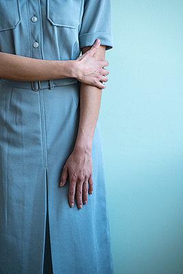 Frau berührt ihren Ellbogen - p427m1553284 von R. Mohr