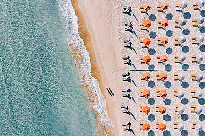 Holidaymakers and parasols on the beach, Zakynthos, drone photography - p713m2289202 by Florian Kresse