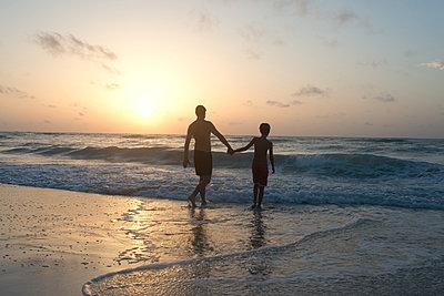 Vater und Sohn am Strand - p1116m1217041 von Ilka Kramer