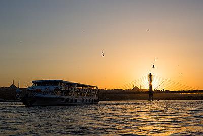 Schiffahrt bei Sonnenuntergang - p1357m1207514 von Amadeus Waldner