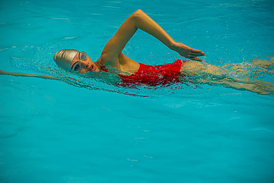 Woman sitting in pool - p623m1571023 by Frederic Cirou