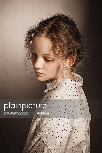 Porträt eines traurigen Mädchens - p1642m2222237 von V-fokuse