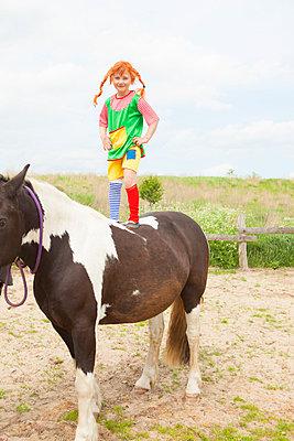 Mutige Pipi Langstrumpf steht auf Pferd - p045m1158853 von Jasmin Sander