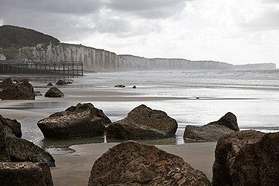 Steilküste mit Felsbrocken im Vordergrund - p1198m1132137 von Guenther Schwering