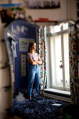 Spiegelung einer Jugendliche in ihrem Zimmer - p1212m1178855 von harry + lidy