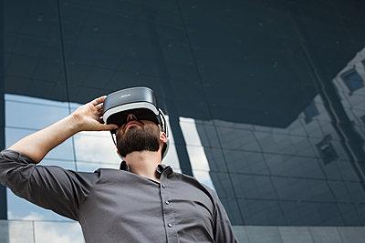 Geschäftsmann mit Virtual-Reality Brille - p1325m1464966 von Antje Solveig