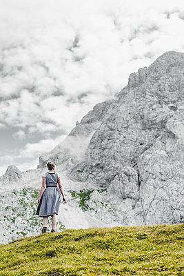 Junge Frau im Dirndl beim Wandern - p1455m1552973 von Ingmar Wein