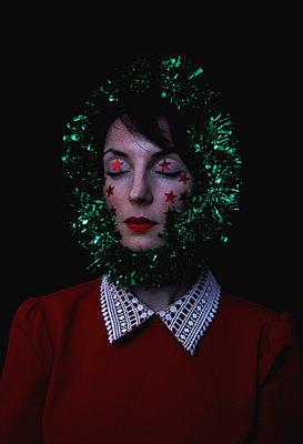 Woman portrait with Christmas decoration - p1521m2141342 by Charlotte Zobel