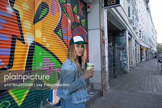 Woman with coffee - p1678m2293088 by vey Fotoproduction