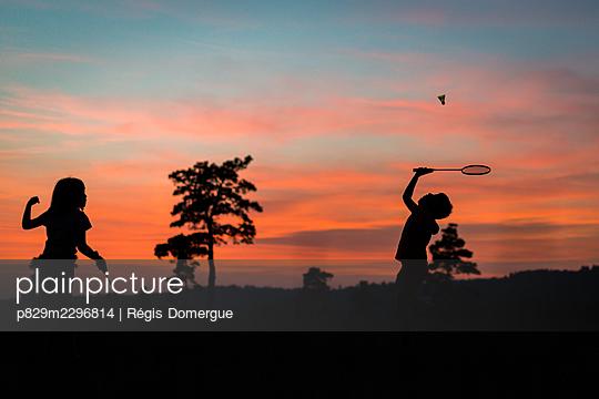 Playing badminton - p829m2296814 by Régis Domergue