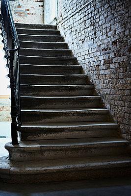 Treppe mit Backsteinwand und Handlauf - p1312m2082210 von Axel Killian