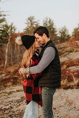 Young couple embracing during autumn hike - p300m2241685 by Sara Monika